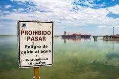Puerto Madero przy p??mrokiem Argentyna Luty 3, 2018 Plakat w schronieniu Bahía Blanca który wskazuje przechodzić W zabroniony i obrazy royalty free