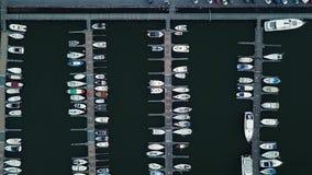 Puerto marítimo con las lancha de carreras de lujo para el deporte de la vela y el turismo que navega almacen de video