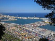 Puerto marítimo de Barcelona El área de la logística Visi?n desde la monta?a de Montjuic fotos de archivo
