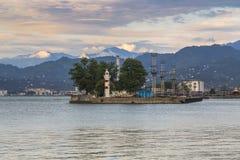 Puerto marítimo de Batumi con un faro fotografía de archivo