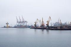 Puerto marítimo de la grúa del cargo imagen de archivo libre de regalías