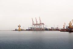 Puerto marítimo de la grúa del cargo Imagenes de archivo