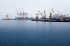 Puerto marítimo de la grúa del cargo Fotos de archivo
