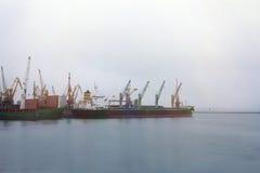 Puerto marítimo de la grúa del cargo Fotos de archivo libres de regalías