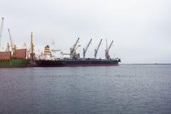Puerto marítimo de la grúa del cargo Fotografía de archivo libre de regalías
