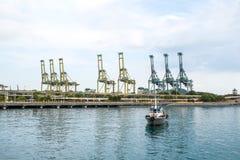Puerto marítimo del cargo con el barco en Singapur Imagen de archivo libre de regalías
