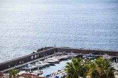 Puerto marítimo del Los Gigantes, Tenerife, islas Canarias, España La Gomera en la tierra trasera Fotografía de archivo libre de regalías