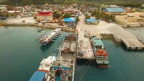 Puerto marítimo del tránsito del cargo y del pasajero almacen de metraje de vídeo