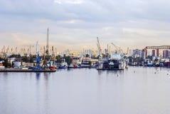 ¡Puerto marítimo grande de la ciudad! Fotografía de archivo libre de regalías