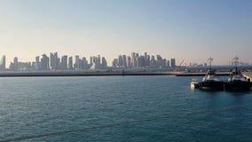 Puerto marítimo y vista de la ciudad con los rascacielos en el horizonte Puerto marítimo con las naves amarradas almacen de metraje de vídeo