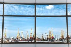 Puerto marítimo en la reflexión Imagenes de archivo