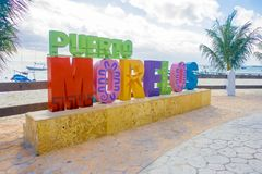Puerto Morelos, Μεξικό - 10 Ιανουαρίου 2018: Υπαίθρια άποψη τεράστιες επιστολές των morelos puerto στο πάρκο σε Puerto στοκ εικόνες