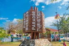 Puerto Morelos, Μεξικό - 10 Ιανουαρίου 2018: Υπαίθρια άποψη της ξύλινης δομής στη μέση του πάρκου σε Puerto Morelos Στοκ Εικόνα