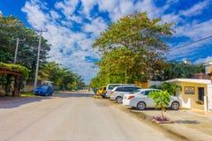 Puerto Morelos, México - 10 de enero de 2018: La vista al aire libre hermosa de algunas casas con muchos coches parqueó en la cal Imagenes de archivo