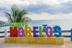 Puerto Morelos, México - 10 de enero de 2018: Vista al aire libre del letras enormes del puerto Morelos en el parque en Puerto Imágenes de archivo libres de regalías