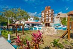 Puerto Morelos, México - 10 de janeiro de 2018: Ideia exterior da estrutura de madeira no meio do parque em Puerto Morelos foto de stock