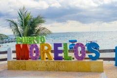Puerto Morelos, México - 10 de janeiro de 2018: Vista exterior do letras enormes do puerto morelos no parque em Puerto Imagens de Stock Royalty Free