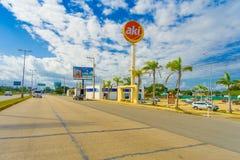 Puerto Morelos Meksyk, Styczeń, - 10, 2018: Plenerowy widok lokalizować przy jeden stroną autostrada Puerto pouczający znak zdjęcie royalty free