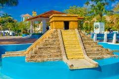 Puerto Morelos, Mexico - Januari 10, 2018: Härlig utomhus- sikt av den asfulla tomma springbrunnen av pyramiden av yucatan i Royaltyfria Bilder