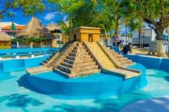 Puerto Morelos, Mexico - Januari 10, 2018: Härlig utomhus- sikt av den asfulla tomma springbrunnen av pyramiden av yucatan i Royaltyfri Bild
