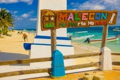 Puerto Morelos, Mexico - Januari 10, 2018: Informatief die teken van woorden over een houten structuur dicht bij a worden geschre Stock Foto's