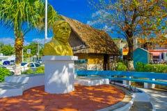Puerto Morelos, Mexico - Januari 10, 2018: Openluchtmening van een gouden standbeeld van een mens in het midden van het park in P Stock Afbeeldingen