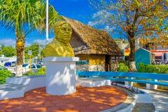 Puerto Morelos, Mexico - Januari 10, 2018: Openluchtmening van een gouden standbeeld van een mens in het midden van het park in P Stock Fotografie