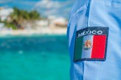 Puerto Morelos, Mexico - Januari 10, 2018: Slutet av den mexikanska skölden skrivev upp ut i enskjorta i Puerto Morelos Arkivbilder