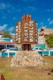 Puerto Morelos, Mexico - Januari 10, 2018: Stäng sig upp av trästrukturen i mitt av parkera i Puerto Morelos arkivbild