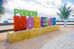 Puerto Morelos, Mexico - Januari 10, 2018: Utomhus- sikt av enorma bokstäver av puertoen morelos i parkera i Puerto arkivbilder