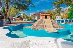 Puerto Morelos, Mexique - 10 janvier 2018 : Belle vue extérieure de fontaine vide lapidée de pyramide de yucatan dans Photo stock