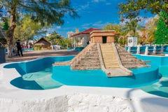 Puerto Morelos, Mexique - 10 janvier 2018 : Belle vue extérieure de fontaine vide lapidée de pyramide de yucatan dans Photos stock