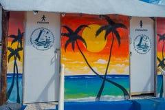 Puerto Morelos, Mexique - 10 janvier 2018 : Vue extérieure des salles de bains publiques pour le wiuth de femelle et d'homme un b Images libres de droits