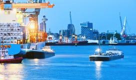 Puerto ocupado en el crepúsculo Imagen de archivo libre de regalías