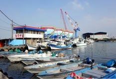 Puerto para los pequeños barcos de pesca Fotos de archivo libres de regalías