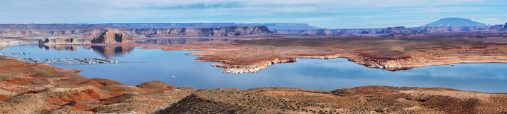 Puerto para los yates blancos en el lago Powell imagenes de archivo