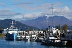 Puerto pesquero de Alaska con el glaciar y las montañas Foto de archivo