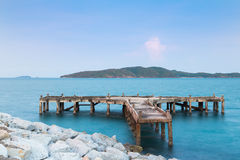 Puerto pesquero del abandono con la pequeña isla Foto de archivo libre de regalías