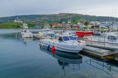 Puerto pesquero y la iglesia en Holmavik Imágenes de archivo libres de regalías