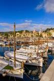 Puerto pintoresco con los barcos de pesca en Port de Soller foto de archivo