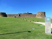 Puerto Plata, Dominikanische Republik - 12/11/17 - Leute, die Fort San Filipe in Puerto Plata, dominikanisch bereisen lizenzfreie stockfotos