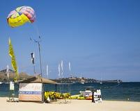 PUERTO POLLENSA, MALLORCA - 27 sportar för JULI 2015 strandvatten Centr Royaltyfri Foto