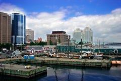 Puerto por la ciudad Foto de archivo