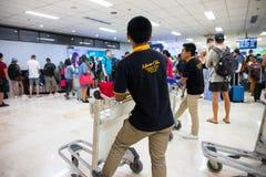 Puerto Princesa, Philippines - 30 novembre 2018 : transporteur de touristes de foule et de chariot dans l'aéroport Équipe de supp photos libres de droits
