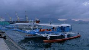 Puerto Princessa, Filipinas - 29 de enero de 2019: Barco turístico filipino tradicional en el tiempo de la puesta del sol Puerto  almacen de metraje de vídeo
