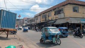 Puerto Princessa, Filipinas - 30 de enero de 2019: Una vista de una calle en el Puerto Princessa con el taxi del motor del tricic almacen de video