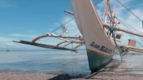 Puerto Princessa, Filipinas 30 de febrero de 2019: Fishboat de madera tradicional de Filipinas varado en orilla arenosa en metrajes