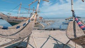 Puerto Princessa, Filipinas 30 de febrero de 2019: Fishboat de madera tradicional de Filipinas varado en orilla arenosa en almacen de metraje de vídeo