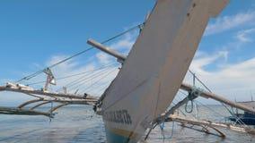 Puerto Princessa, Filipinas 30 de febrero de 2019: Fishboat de madera tradicional de Filipinas varado en orilla arenosa en almacen de video