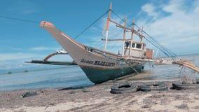 Puerto Princessa, Philippines 30 f?vrier 2019 : Fishboat en bois traditionnel de Philippines ? terre sur le rivage ar?nac? ? clips vidéos